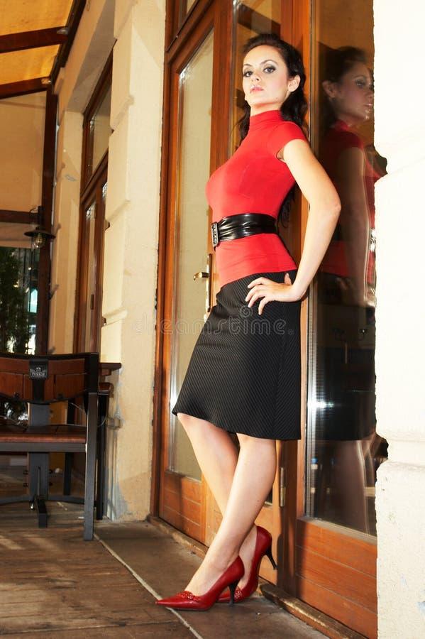 Donna di affari del Brunette nel bluse rosso fotografie stock libere da diritti