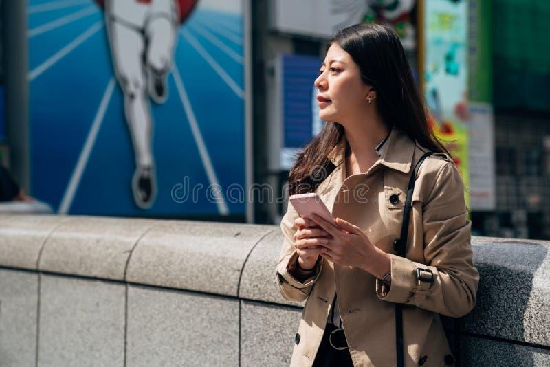 Donna di affari del telefono del Giappone che manda un sms sullo smartphone fotografia stock