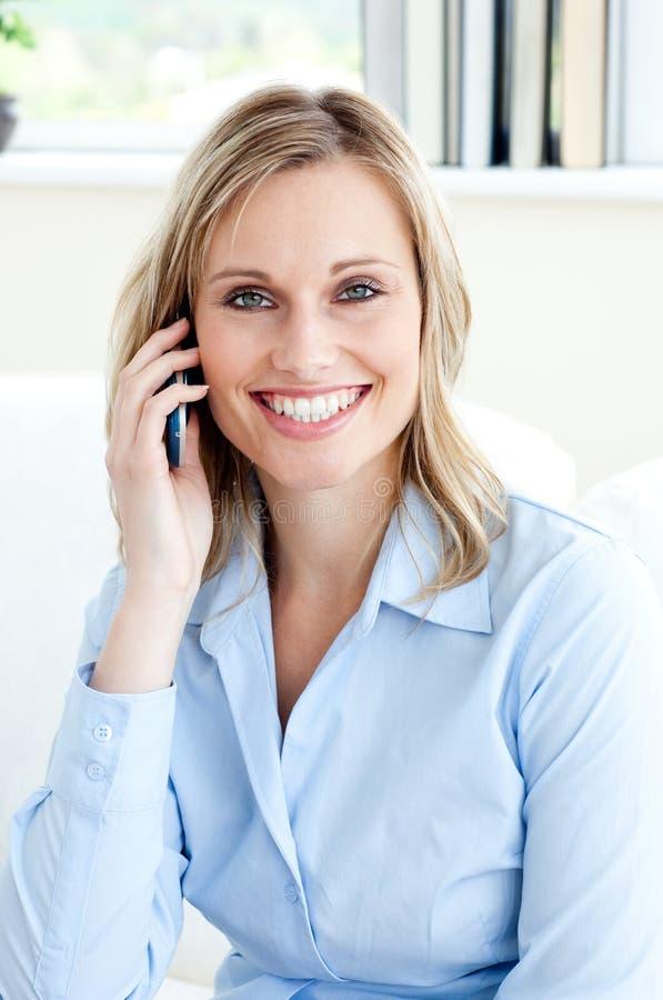 Donna di affari dell'ansa che per mezzo di un telefono mobile fotografie stock