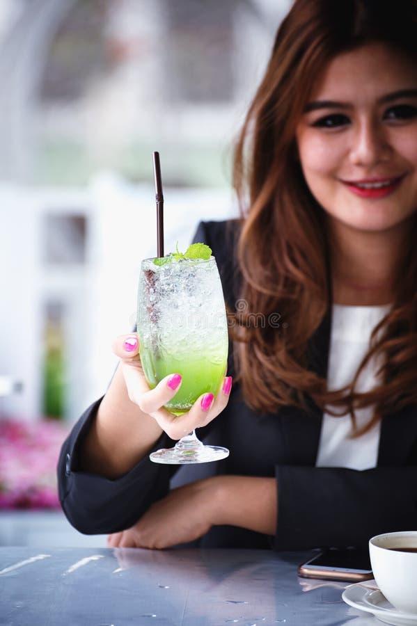 Donna di affari dell'Asia con la bevanda di frutta, alimento per il concetto di salute immagini stock