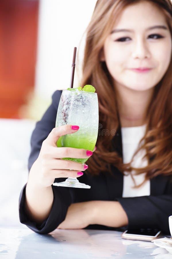 Donna di affari dell'Asia con la bevanda di frutta, alimento per il concetto di salute fotografia stock libera da diritti