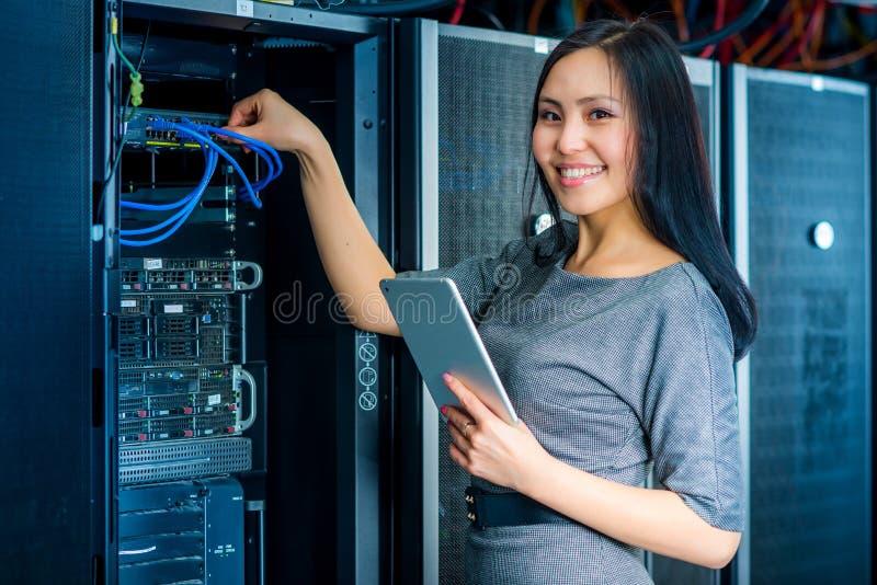 Donna di affari dell'ingegnere nella stanza del server di rete immagini stock