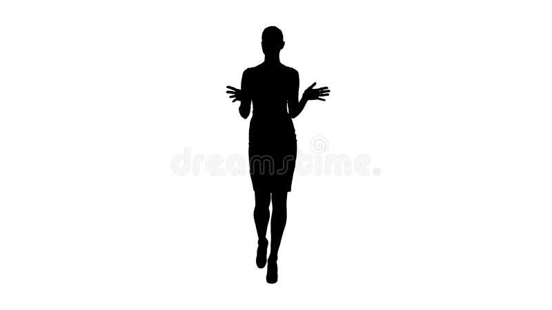 Donna di affari della siluetta che cammina e che parla con macchina fotografica che spiega o che presenta illustrazione di stock