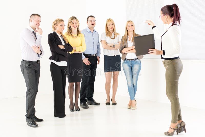 Donna di affari Demonstrating Plan di lavoro fotografia stock