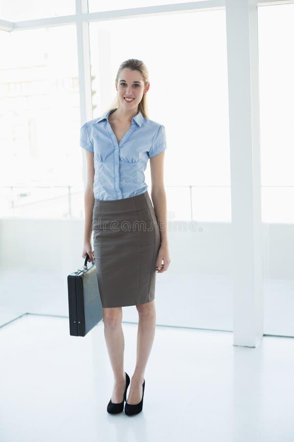 Donna di affari di classe attraente che posa tenendo una cartella immagine stock