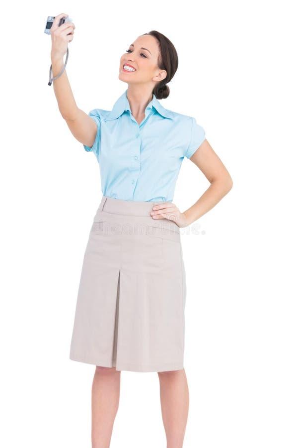 Donna di affari di classe sorridente che prende immagine se stessa immagini stock libere da diritti
