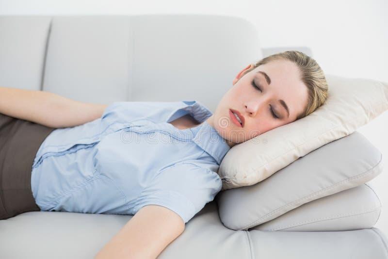 Donna di affari di classe sveglia che dorme sul suo strato immagini stock libere da diritti