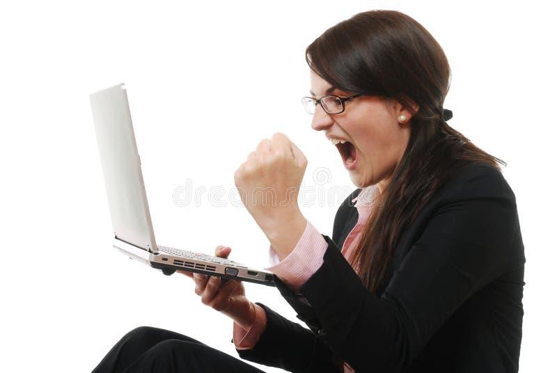 Donna di affari di grido con il computer portatile fotografia stock libera da diritti