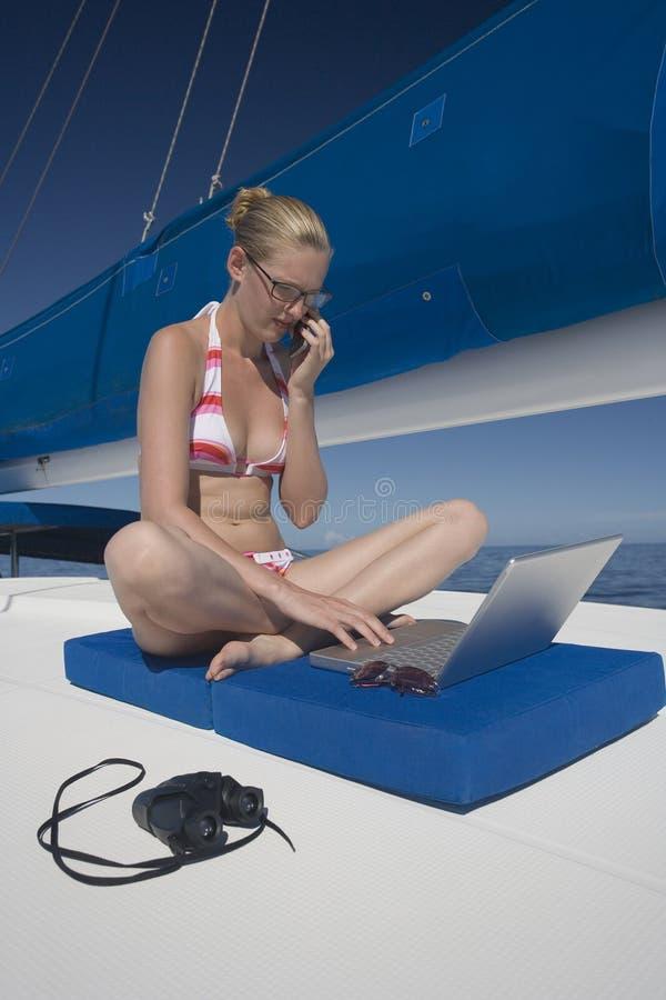Donna di affari di stakanovista sulla vacanza immagini stock libere da diritti