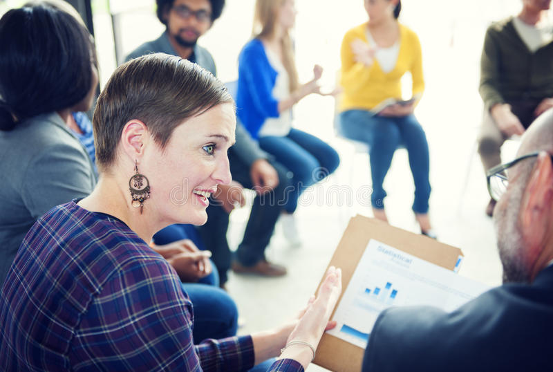 Donna di affari Discussing Statistics con il suo collega fotografia stock