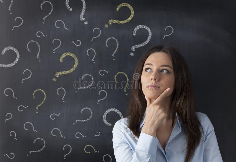 Donna di affari e punto interrogativo sulla lavagna immagine stock libera da diritti