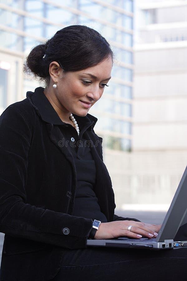 Donna di affari e taccuino fotografie stock libere da diritti