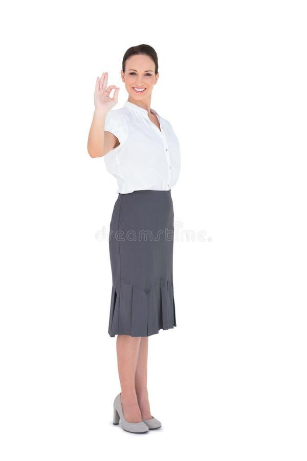 Donna di affari elegante che mostra un gesto giusto fotografia stock