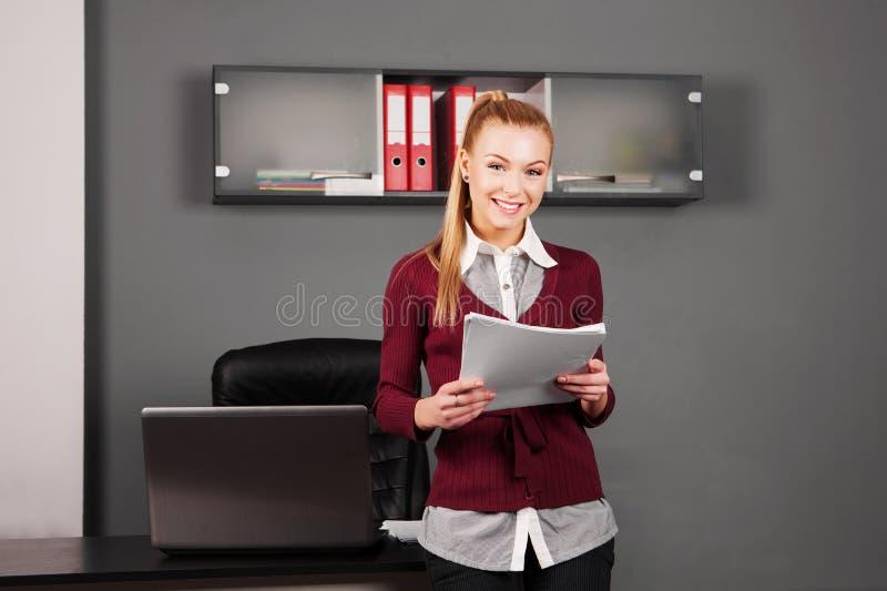 Donna di affari elegante con carta in ufficio fotografie stock libere da diritti