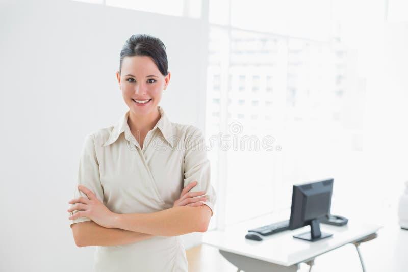 Donna di affari elegante e sorridente nell'ufficio fotografie stock libere da diritti