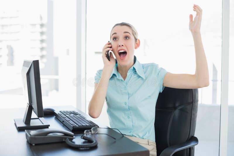 Donna di affari elegante estremamente felice che telefona mentre incoraggiando immagini stock libere da diritti