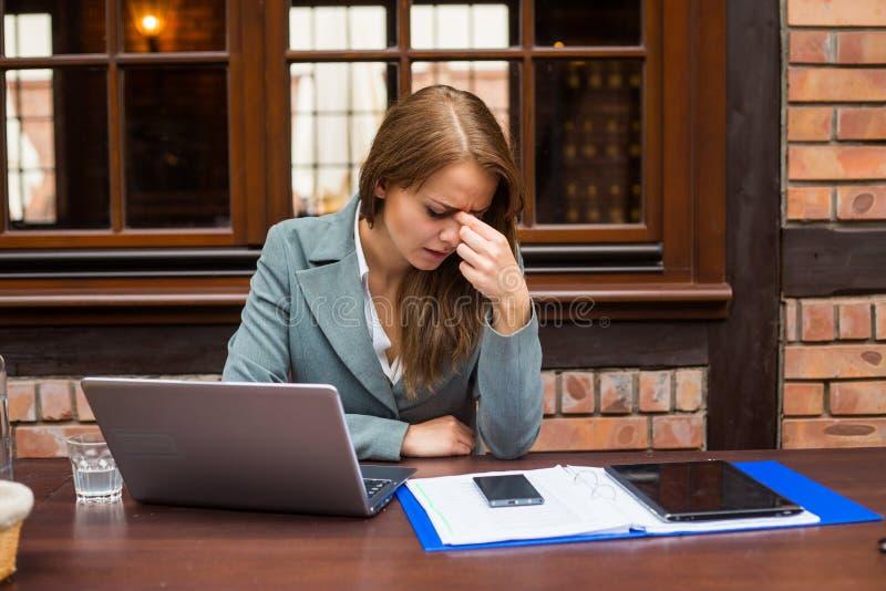 Donna di affari esaurita in ristorante. immagine stock