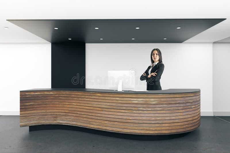Donna di affari europea alla reception immagini stock