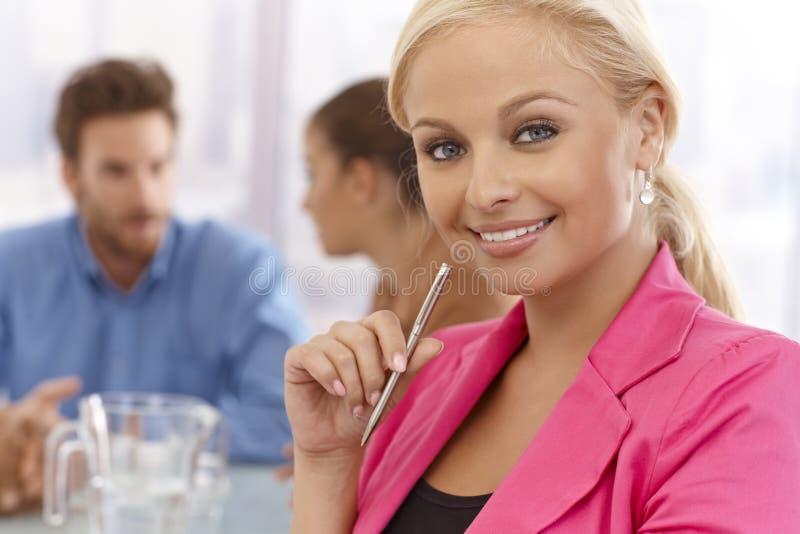Donna di affari felice ad una riunione immagini stock libere da diritti
