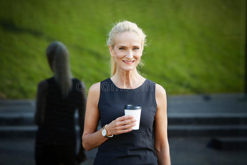 Donna di affari felice che ha tazza di caffè immagini stock libere da diritti