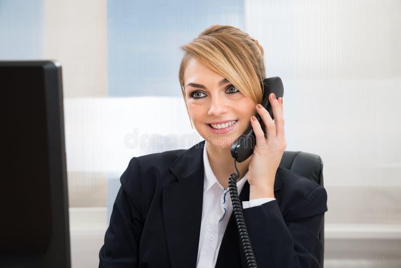 Download Donna Di Affari Felice Che Parla Sul Telefono Immagine Stock - Immagine di ufficio, scrittorio: 55359917