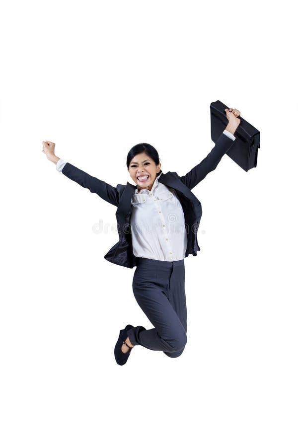 Donna di affari felice che salta con una cartella fotografia stock