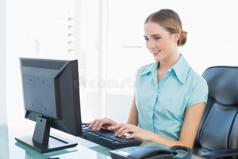 Donna di affari felice di classe che lavora al computer fotografia stock libera da diritti