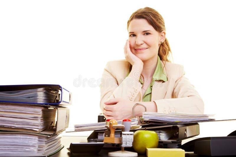Donna di affari felice sul lavoro fotografia stock libera da diritti