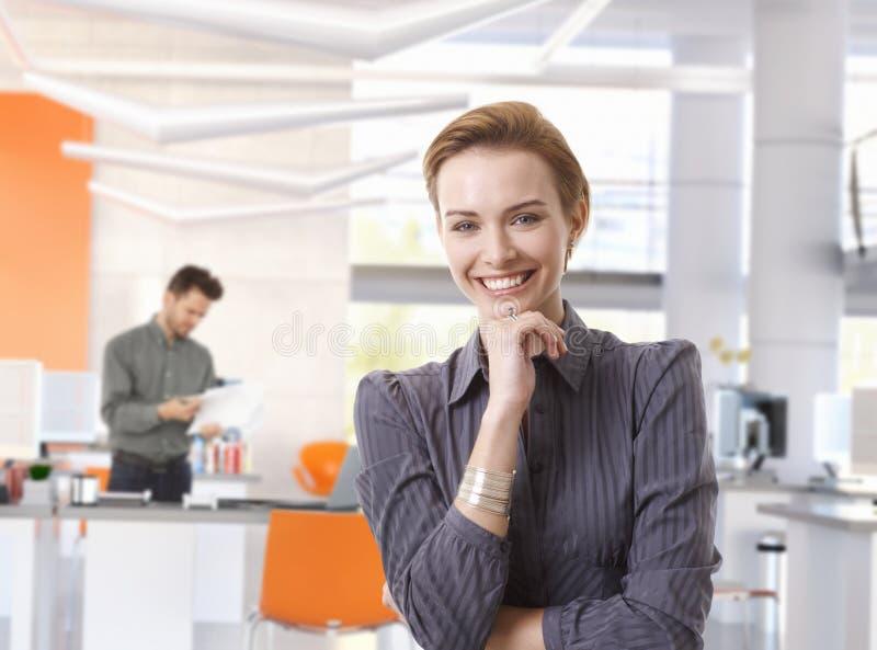 Donna di affari felice in ufficio moderno fotografia stock libera da diritti