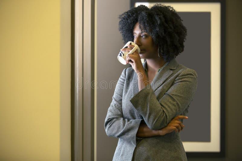 Donna di affari femminile americana Having Coffee dell'africano nero immagine stock