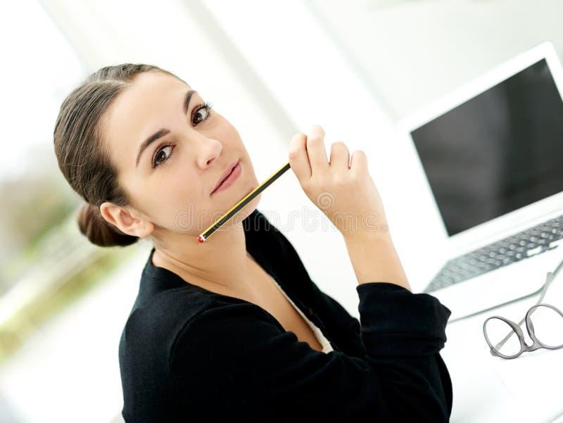 Donna di affari giovane alla moda attraente fotografia stock