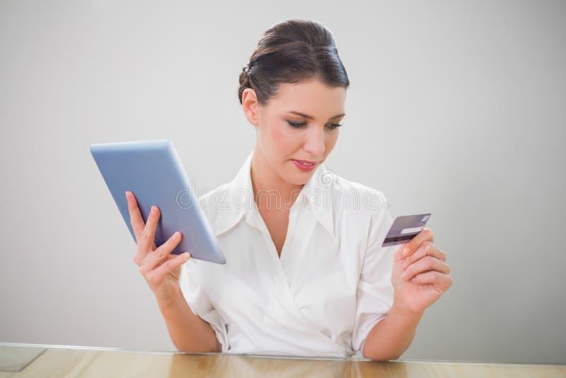 Donna di affari graziosa calma che compera online immagine stock