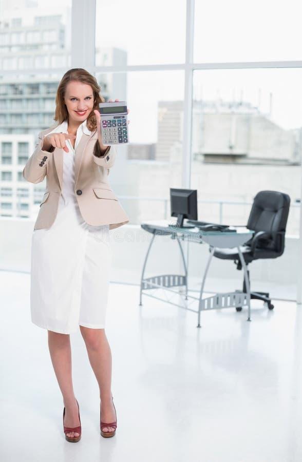 Donna di affari graziosa piacevole che mostra il suo calcolatore immagine stock libera da diritti