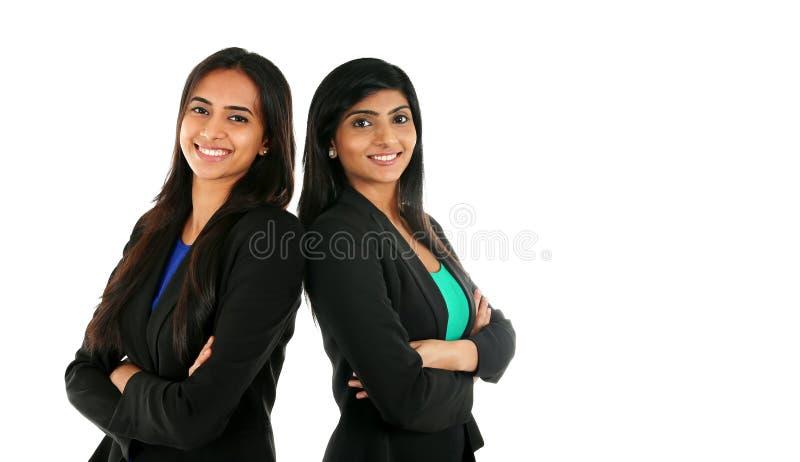 Donna di affari indiana asiatica nel gruppo che sta con le mani piegate immagine stock