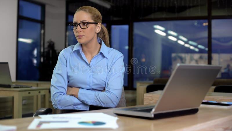 Donna di affari insoddisfatta con i dati sul computer portatile, reddito basso della società, cattive notizie fotografia stock libera da diritti
