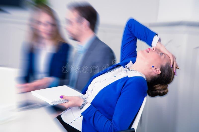 Donna di affari insoddisfatta su una riunione fotografie stock libere da diritti