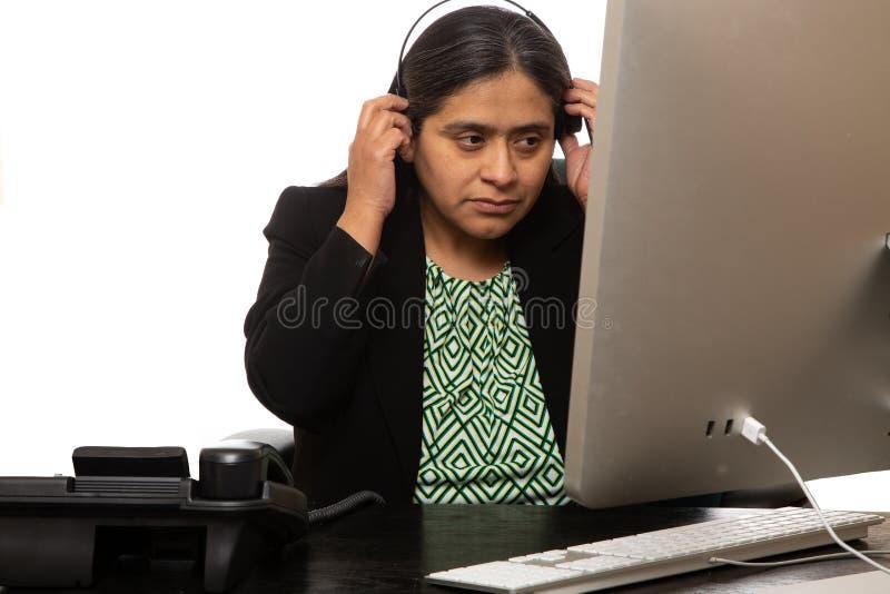 Donna di affari ispana Puts On Headset fotografia stock libera da diritti