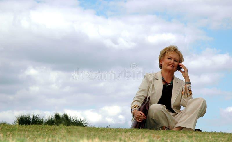 Donna di affari maggiore all'aperto fotografie stock libere da diritti