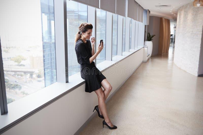 Donna di affari Making Video Call sul telefono cellulare immagini stock libere da diritti