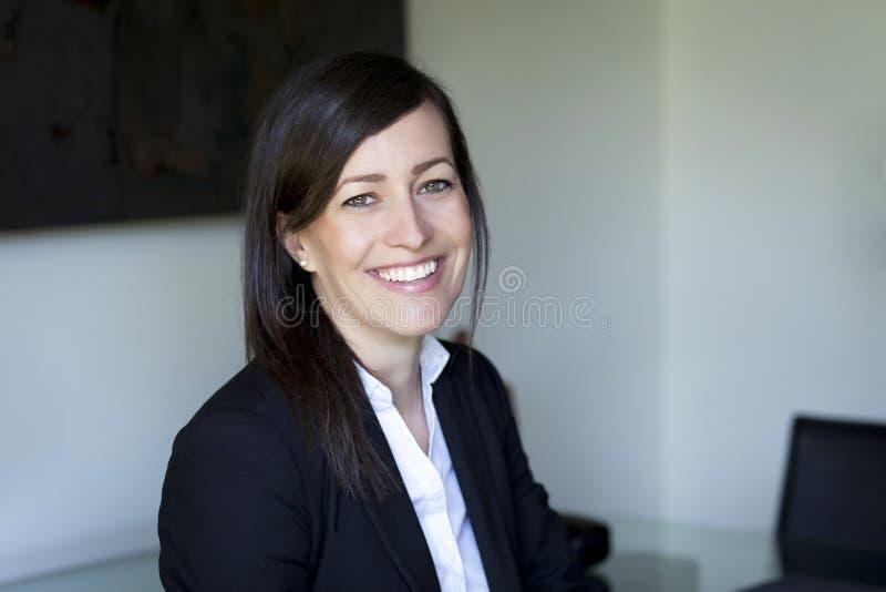 Donna di affari matura che sorride alla macchina fotografica Funzionamento nel paese immagini stock libere da diritti