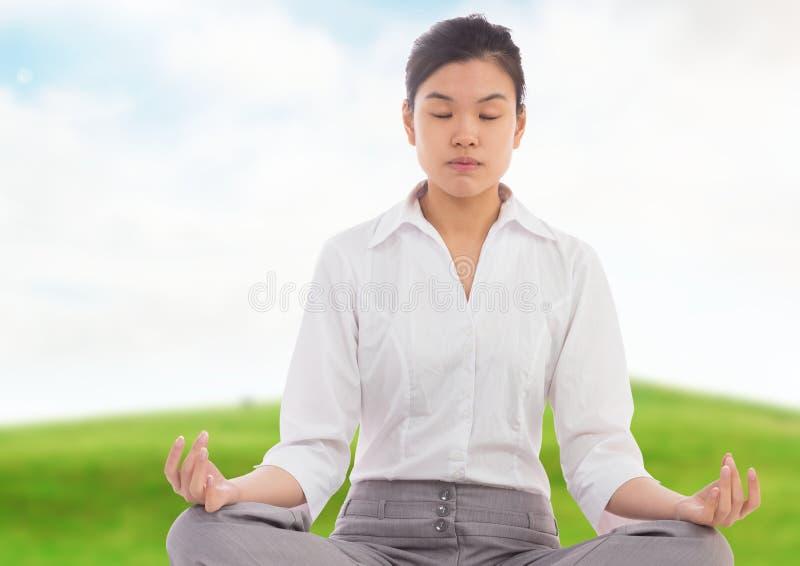 Donna di affari Meditating dalla collina verde immagini stock