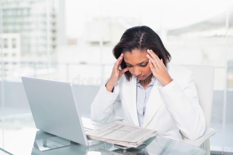 Donna di affari mora giovane di pensiero che legge un documento fotografie stock libere da diritti