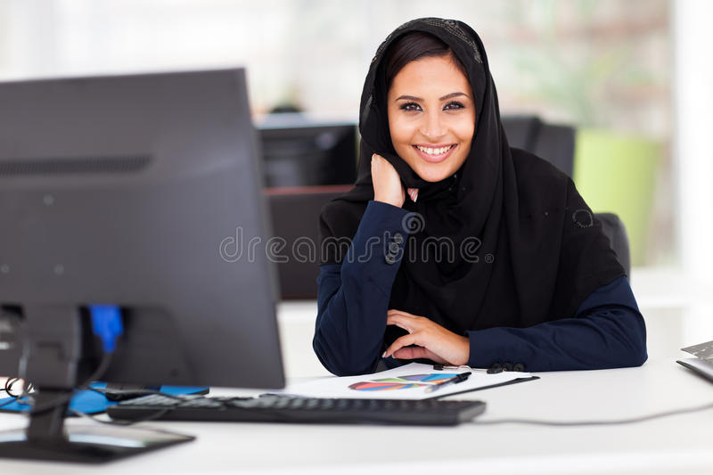 Donna di affari musulmana astuta fotografia stock libera da diritti