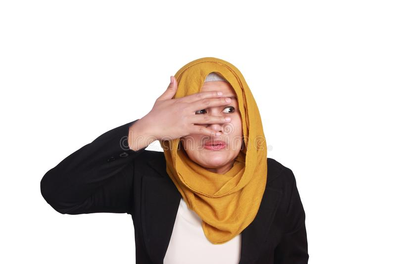 Donna di affari musulmana Covering Eyes fotografia stock libera da diritti