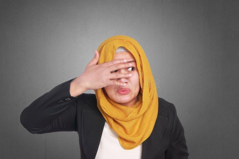 Donna di affari musulmana Covering Eyes fotografie stock