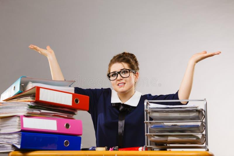 Donna di affari nel gesturing di lavoro dell'ufficio immagini stock libere da diritti