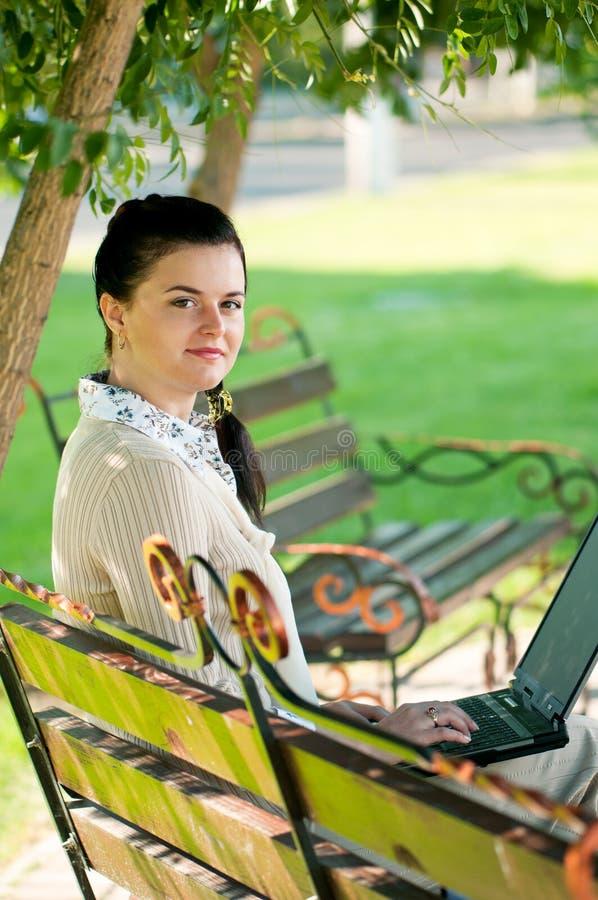 Donna di affari nel parco di estate fotografia stock