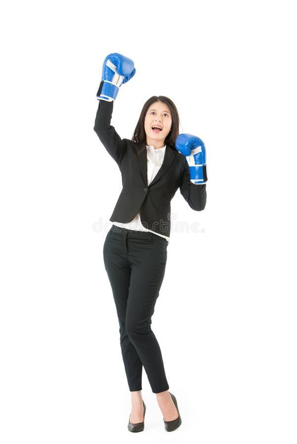 Donna di affari nel pugilato con la posa di vittoria fotografia stock libera da diritti