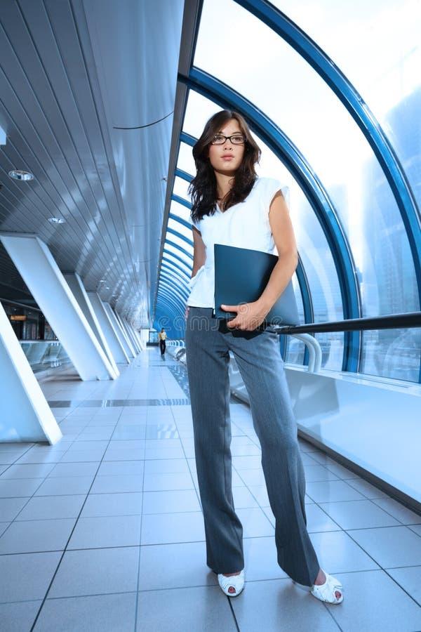 Donna di affari nell'interiore futuristico immagine stock