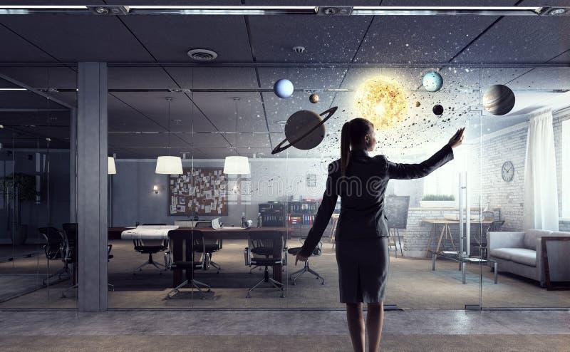 Donna di affari nell'interno moderno dell'ufficio Media misti immagine stock